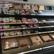 Leere Regale in einem Supermarkt in Belfast. In Nordirland bekommen Verbraucher den Brexit wenige Tage nach dem Ende der Übergangsphase schon zu spüren.