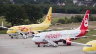 Auf dem Flughafen in Hannover noch einträchtig zusammen: Flugzeuge von Tuifly und Air Berlin