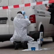 Berlin: Kriminaltechniker der Polizei untersuchen einen Geldtransporter nach dem ersten Überfall in Schöneberg am Dienstag.