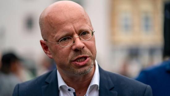 AfD-Politiker Kalbitz darf vorerst in Partei bleiben