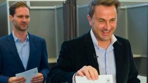 Regierungsbündnis verteidigt Mehrheit knapp