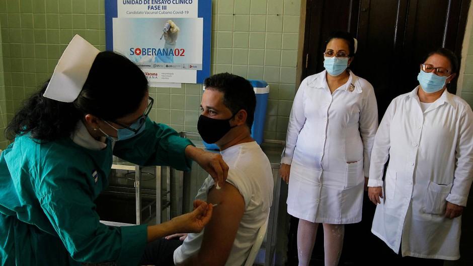 Ein Kubaner wird in einem Test mit dem Corona-Impfstoff-Kandidaten Soberana 2 geimpft.