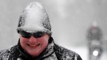 Nass und wenig dauerhaft: So ging der Schnee bislang vielerorts in Deutschland nieder, so auch auf diesen Radfahrer in Bremen.