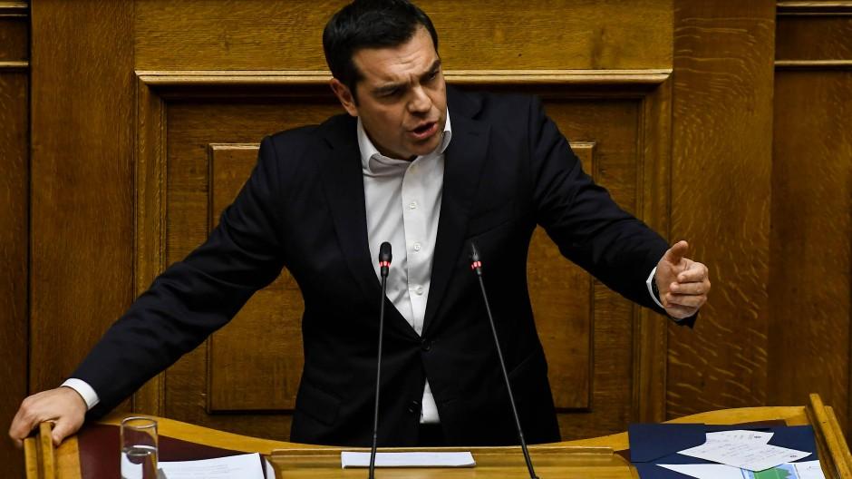 """Regierungschef Alexis Tsipras äußert sich am Dienstag im Parlament in Athen stolz über den ersten """"eigenen Haushalt"""" seit acht Jahren."""