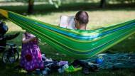 Qualitätszeit mit Kind, Buch und Hängematte