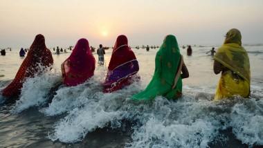 Das Hindu-Fest Chhath Puja ist vor allem im Norden Indiens verbreitet. Mit den viertägigen Feierlichkeiten wird dem Sonnengott dafür gedankt, dass er Leben schenkt. Es ist also eine Art Erntedankfest.