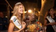 Die neue Miss Frankfurt Alisia Ludwig nach der Krönung durch den ghanesischen König Céphas Bansah.
