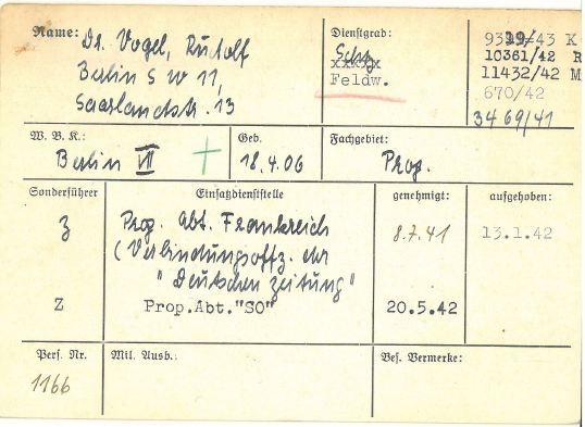 """Eine Karteikarte zur militärischen Laufbahn Rudolf Vogels aus Beständen der Wehrmacht, die heute im Militärarchiv Freiburg verwahrt wird. Sie belegt, dass Vogel ab 1942  bei der """"Propaganda-Abteilung Südost"""" in Thessaloniki stationiert war. Zur Zeit der Deportation der Juden aus Thessaloniki befand sich Vogel in der Stadt. Dass er aber ein """"Duzfreund"""" des SS-Manns Alois Brunner war, der die Menschentransporte nach Auschwitz organisierte, ist nicht belegt."""