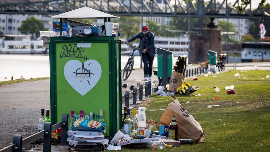 Müll am Mainufer: Die Hinterlassenschaften dieser Naturfreunde verschandeln das stadtnahe Grün für alle anderen, die Licht und Luft suchen.