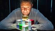 Mathias Schifferdecker mit seiner CL1: Auf einem Edelstahlsockel liegen LEDs, deren Licht sich durch die Glaswürfel bricht.