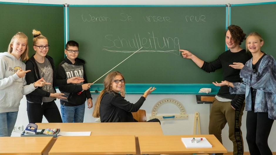 Die Schülerinnen und Schüler der Edith-Stein-Realschule suchen auf Youtube nach einer neuen Schulleitung.