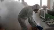 Nach dem Ausbruch des Coronavirus desinfizieren Mitarbeiter ein Büro in Schanghai.