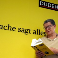 Kathrin Kunkel-Razum, Redaktionsleiterin des Duden, mit der neuesten Ausgabe des Wörterbuchs.
