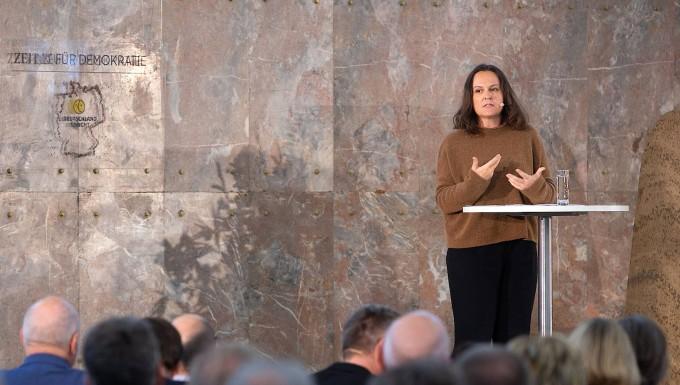 """Die Autorin Jana Hensel bei der Diskussionsveranstaltung """"Deutschland spricht"""" in der Frankfurter Paulskirche"""