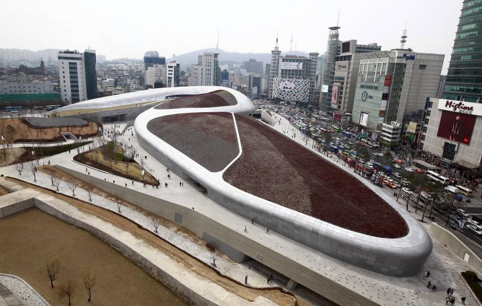 Spektakuläre Eventhülle: Das von Zaha Hadid erbaute Dongdaemun Design Plaza in Seoul bietet Konzerten, Shows, Messen und einem Einkaufszentrum Raum