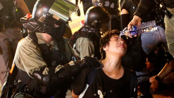 Polizei löst Proteste mit Tränengas auf