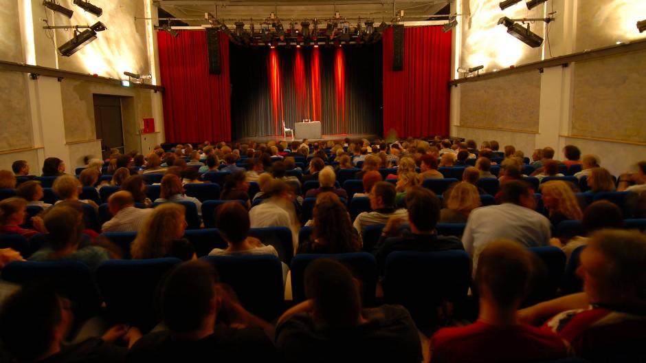 Gute alte Zeiten: Von einem vollen Saal wie diesem bei den 30-Jahr-Feiern 2017 kann das Neue Theater Höchst derzeit nur träumen.