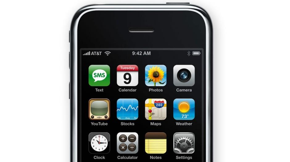 Das erste iPhone: Steve Jobs stellte es am 9. Januar 2007 in San Francisco vor. Die Bedienung über ein berührungsempfindliches Display sollte die Handy-Welt nachhaltig verändern.