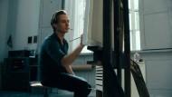 """Pinselstrich: Tom Schilling spielt die Hauptrolle in """"Werk ohne Autor""""."""