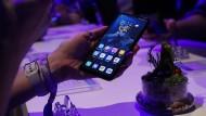 Ein Huawei-Handy bei einer Präsentation in London.
