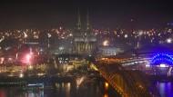 Die Innenstadt von Köln erleuchtet durch das Silvesterfeuerwerk. Auf der Domplatte dürften dieses Jahr keine Raketen gezündet werden.