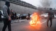 Wütende Taxifahrer legen Verkehr teilweise lahm