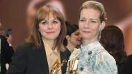 Maren Ade (l.) und Sandra Hüller posieren mit den Trophäen für das beste Drehbuch und die beste weibliche Hauptrolle.