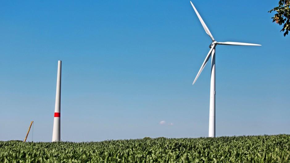 Blick auf eine noch nicht fertig gestellte Windkraftanlage in Altenbecken