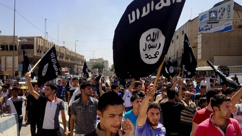 """Sympathisanten des """"Islamischen Staats"""" marschieren in Mossul (Archivfoto vom Juni 2014)."""