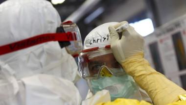 Freiwillige Helfer trainierten am Dienstag in Würzburg für den Ebola-Einsatz in Westafrika