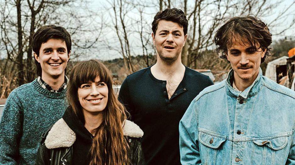 Die Felice Brothers haben mit Jesske Hume nun auch eine Schwester in ihrem Kreis. Am Bass treibt sie die  Folksongs Richtung Rockabilly.
