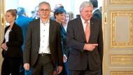 Einmal nach links, bitte: Ministerpräsident Volker Bouffier (CDU) zeigt seinem Stellvertreter Tarek Al-Wazir (Die Grünen), wo es langgeht.