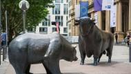 Bronzeskulpturen von Bulle und Bär vor der Frankfurter Börse