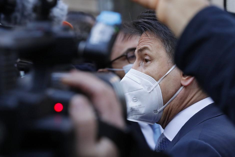 Giuseppe Conte (r), Ministerpräsident von Italien, umringt von Pressevertretern