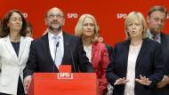Die scheidende Ministerpräsidentin Kraft nimmt Martin Schulz bei der Pressekonferenz in Berlin in Schutz