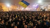 Zehntausende Demonstranten versammeln sich im November 2013 in Kiew und fordern, dass die ukrainische Regierung sich für ein Assoziierungs- und Freihandelsabkommen mit der Europäischen Union einsetzt.