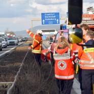 """Sankt Leon-Rot, Baden-Württemberg: Rettungskräfte sichern eine Unfallstelle auf der Autobahn A5, auf der Gegenseite ereignet sich ein """"Gaffer-Unfall"""""""