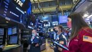 Börsenhändler an der New Yorker Wall Street beobachten am Mittwoch die Entwicklungen.