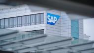 Das Firmenlogo hängt an der Konzernzentrale des Softwarekonzerns SAP in Walldorf.