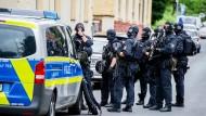 Spezialkräfte warten an der Erzbergerstraße, wo es am Dienstag zum Einsatz von Schusswaffen nach einem Angriff auf Beamte gekommen ist.