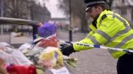 Viele Briten haben am Parlament Blumen niedergelegt, um an die Opfer des Anschlags vom Mittwoch zu erinnern