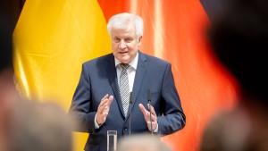 Seehofer will Kampf gegen Rechts verstärken