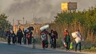 Tausende Zivilisten sind in Syrien entlang der türkischen Grenze auf der Flucht.