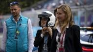 Bürgermeisterin Virginia Raggi (Mitte) setzt sich für Elektroautos ein – hier bei einem Rennen der Formel E in Rom.