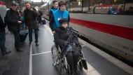 Eng getaktete Hilfe: Paul Hußlein (Mitte) bringt am zweiten Weihnachtsfeiertag eine gehbehinderte Reisende zum Zug nach Hamburg.