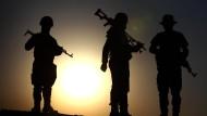 Kurdische Peschmerga positionieren sich am Aski kalak Checkpoint im Irak  – durch welche Hände werden diese Waffen noch gehen?