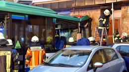 Schulbus kracht in Hauswand – 43 Kinder verletzt