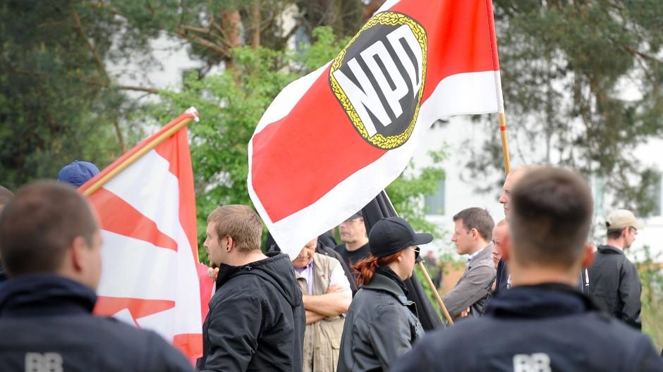 Das Verwaltungsgericht Hannover kippt das Verbot der NPD-Demonstration. Sie wird am Samstag in Hannover stattfinden. (Symbolbild)