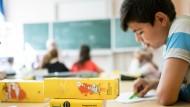 Flüchtlingskinder unterschiedlicher Herkunft lernen in einer gemeinsamen Schulklasse unter anderem Deutsch.