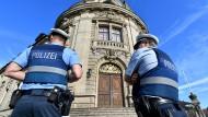 Polizisten vor dem Landgerichtsgebäude in Landau